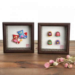 A picture of frame with a thimble