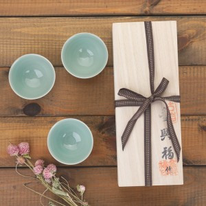 A tea cup sets with three colors